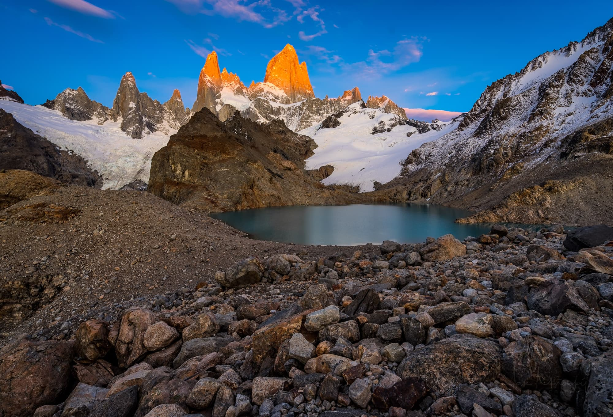 Sunrise at Lago de los Tres with a view of Fitz Roy