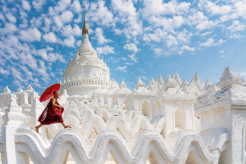 Novice monk at Hsinbyume pagoda